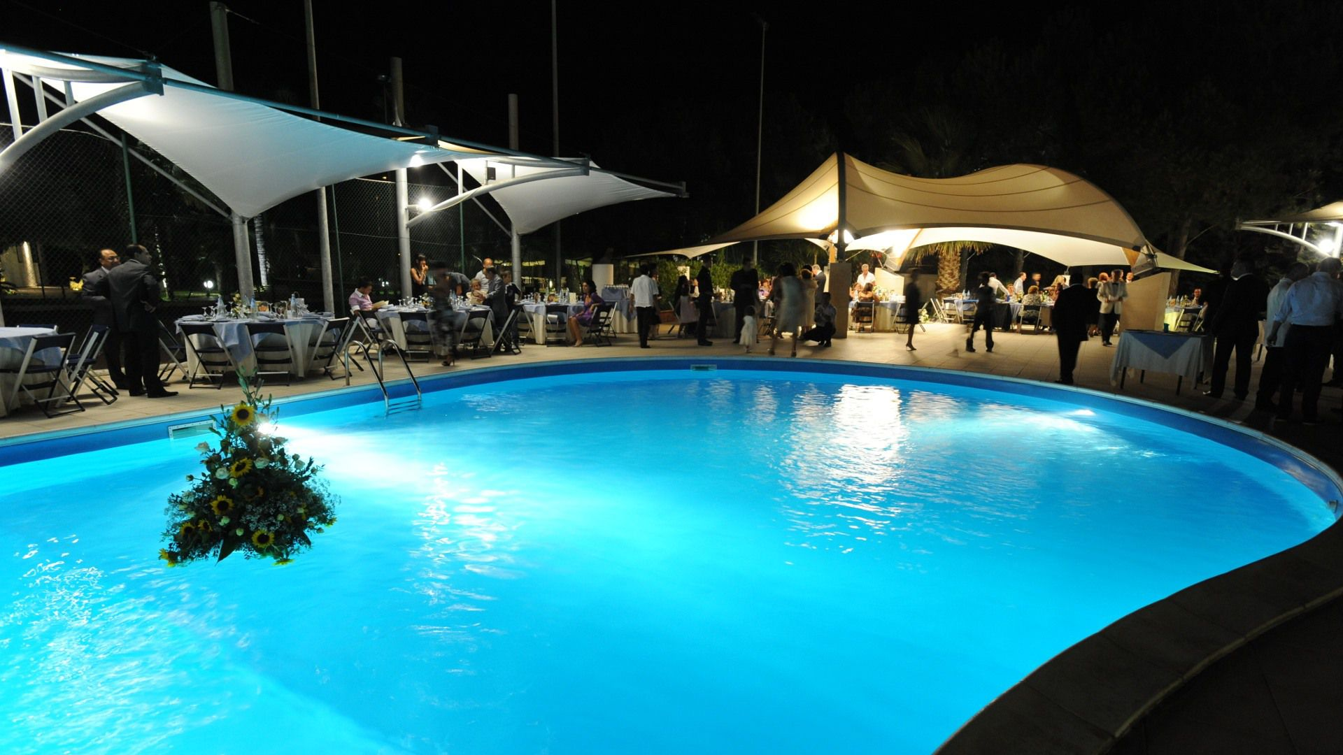 Cena a bordo piscina con musica dal vivo villa orchidea for Musica piscina